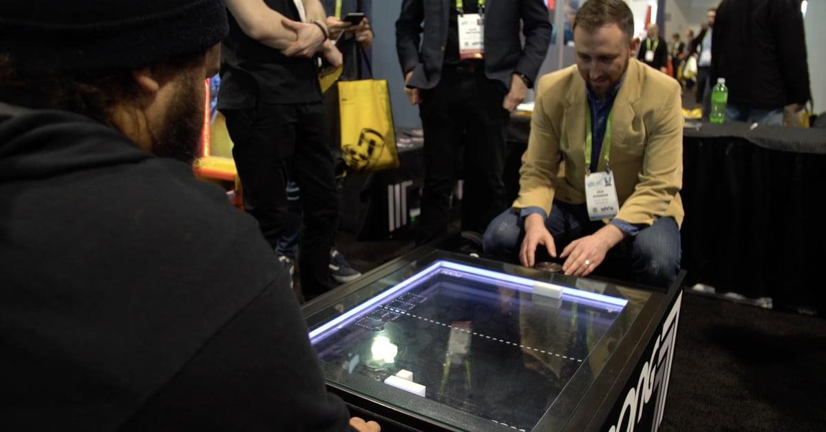 """Une version mécanique de """"Pong"""" de la taille d'une table à café fait ses débuts au CES"""