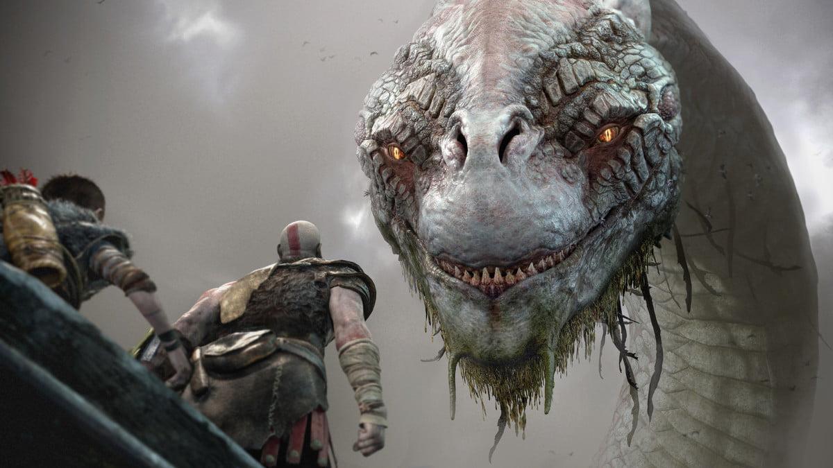 God of War : critique - Kratos et Atreus dans un bateau regardant une bête géante ressemblant à une hydre.