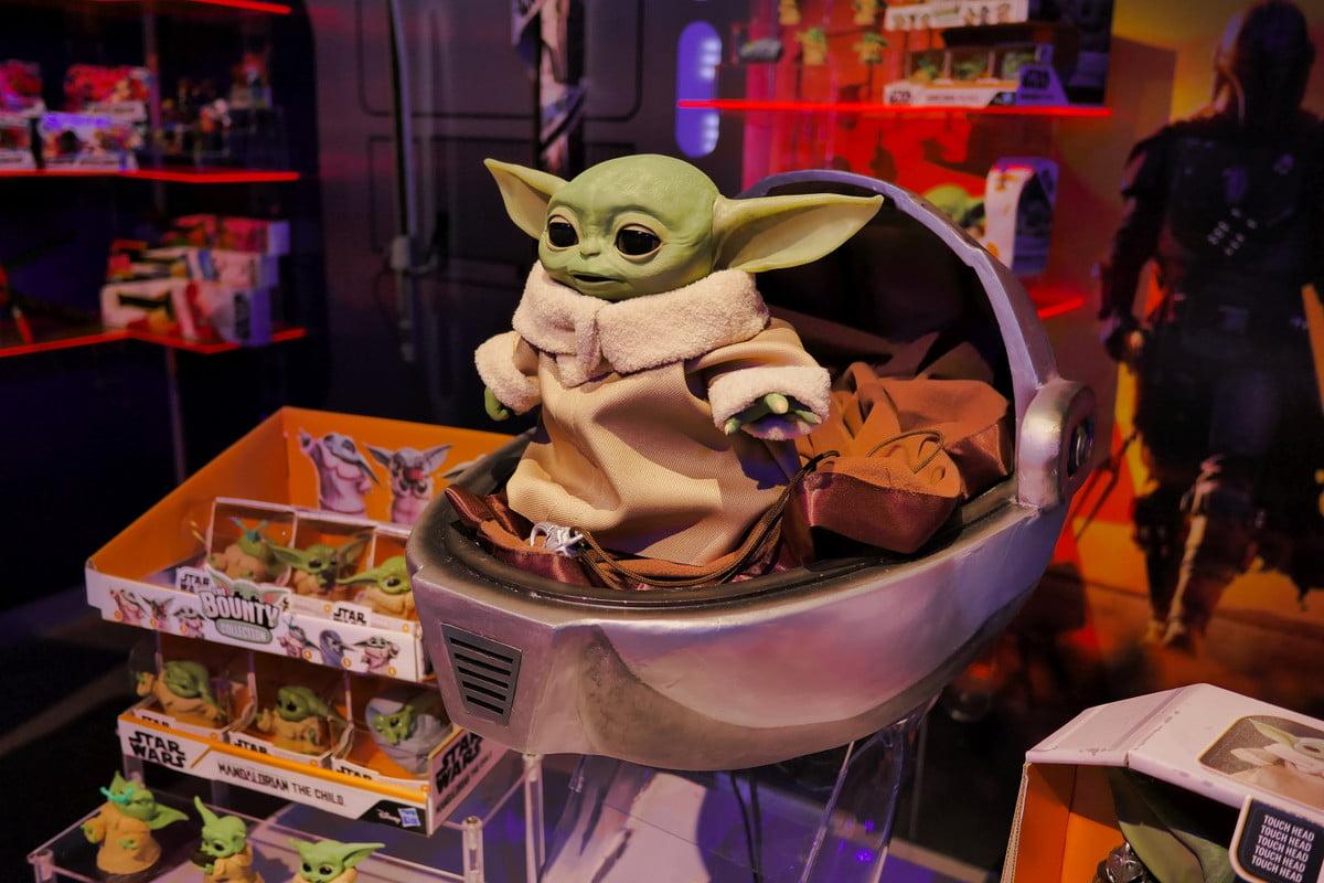 Bébé Hasbro Yoda Mandalorian posant