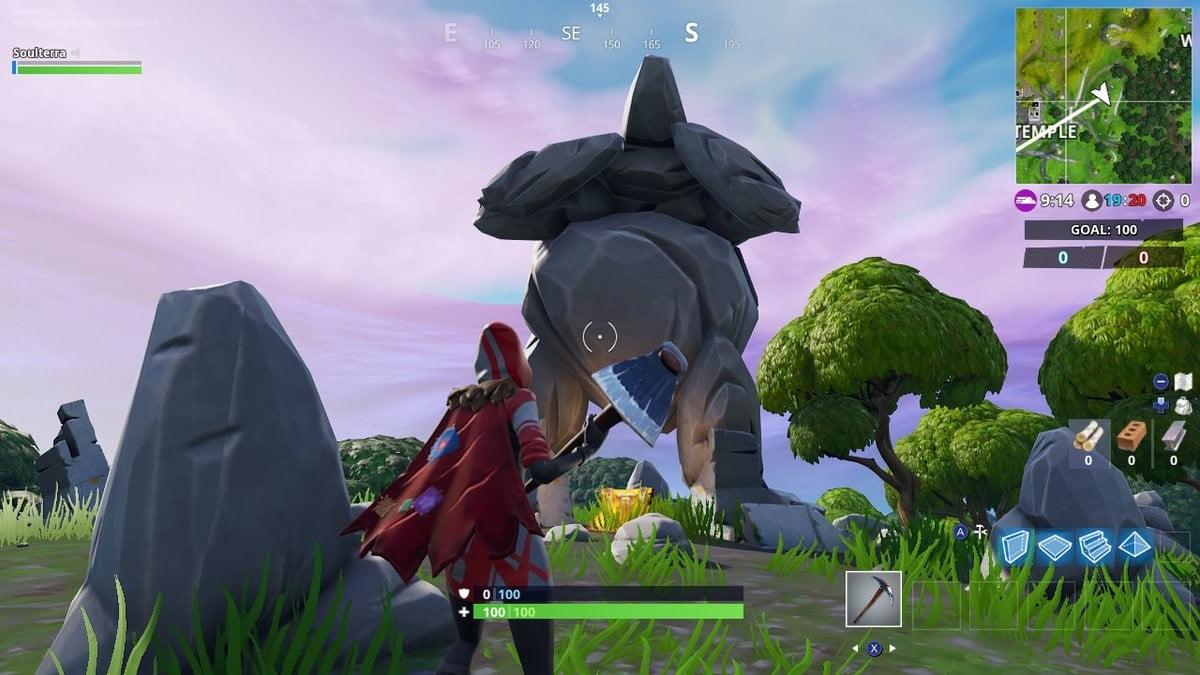 Fortnite Saison 7 semaine 5 défis recherche entre un homme-rocher géant couronné de tomates et un arbre encerclé.